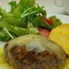 ビストロクロード - 料理写真:ふっくら焼き上げる名物エゾ鹿ハンバーグ