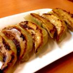 中国料理 東昇餃子楼 - 焼き餃子は小さ目のが6つで一皿。今はオープン3日間限定の170円でしたが、普段はいくらなのかな。薄めの皮ですがおいしかったです。