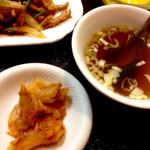 中国料理 東昇餃子楼 - 定食メニューには、中華スープ(通称ラーメンスープ)にザーサイがつきます。