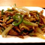 中国料理 東昇餃子楼 - チンジャオロースー定食(850円)のチンジャオロースー近影。お肉がイマイチだなぁ。。。オイスターソースの感じももうちっとあってもいいかなと思いますが、野菜炒めとしてならまずまず合格。