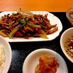 中国料理 東昇餃子楼 - チンジャオロースー定食(850円)、全景。