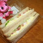 サラダカフェ - エビと玉子のサラダサンド 390円