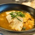 ブラッスリー コロン ウィズ ル クルーゼ - 江別産豚バラと豆の白ワイン蒸し