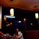 中国料理 東昇餃子楼 - 窓がとても大きいですね。夜もいいですが、お昼なんかは明るくていいかも。