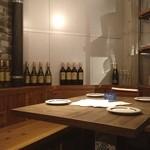 オイスター&ワイン ペスカデリア - 店内にはワインがずらりと置いてあります。メニューをみてみると、牡蠣に合うワインなど、それぞれお料理にあったワインを提案してくれるんです❤︎
