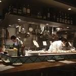 オイスター&ワイン ペスカデリア - オープンキッチン式。美味しいお料理の香りがしてきます。