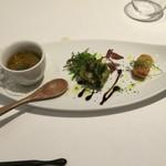 42039300 - 前菜盛り合わせ、左から、紫人参とブドウのスープ、ハモのフリット、トマトのベニエ