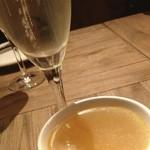 オイスター&ワイン ペスカデリア - シャンパンをいただいたあとは、牡蠣を食べる前に身体をあたためる為のしじみ、ガーリック、溶き卵が入った美味しいスープをいただきました。