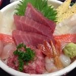 万祝 - 料理写真:厳選素材の海鮮丼¥1,680  一番人気!!