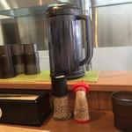 ドン.チードル - カウンターにはいつもの調味料、紅生姜、辛子高菜、ゴマなどがありますd(^_^o)