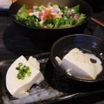 42045546 - 突き出しの豆腐と、シザーサラダは一人づつ