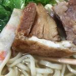 沖縄そば おおしろ - 揚げ豆腐もトッピングされている