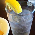 カフェ サンティ - 暑い日はジントニック320円(お煎餅つき)
