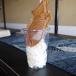 お茶処 仙酔庵 - カップの中にソフトクリーム。その上に暖かいたい焼きが!!