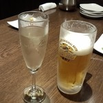 42057089 - スパークリングワインと生ビール中