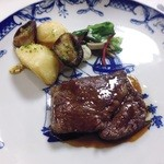 42059063 - 鹿児島県産・和牛(黒牛)ロース肉のステーキ 黒コショウソース じゃが芋のローストと椎茸のブルギニョン風 LED横浜菜園サラダ添え