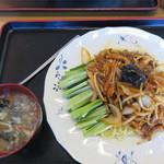 42059486 - 細切りの豚肉・玉ねぎ・モヤシ・人参の千切りを炒めて、濃い味噌味で味付けしたものです。それを湯通しした麺にのせてます。                       芝麻醤(練りごま)がたっぷり入って、クリーミーでコクがあるのがポイントです。