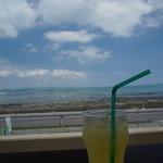 ゆくれれ - 窓からの景色+シークワァーサージュース