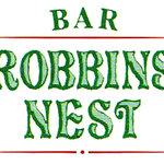 バー ロビンズ ネスト - 目印は大きな緑の看板です。