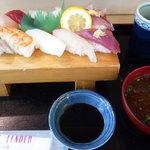 新港食堂 - にぎり寿司(赤だし付) 1050円