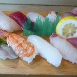 新港食堂 - 寿司は 10貫です。