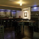 指月茶寮 - 店内 萩焼のギャラリーもございます。