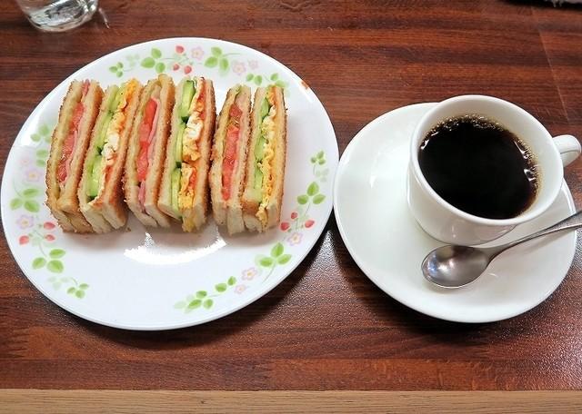 喫茶 岩田 - 届いた時からイイ匂いがプンプン漂ってます。 カリッカリに焼かれた2種類のホットサンド