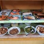42063485 - 棚には皿に乗せられた手作り料理がズラリと選び放題、盛り合わせもOK