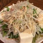 木場場外市場 まぐろ祭 - 豆腐とジャコのサラダ(630円)