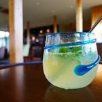 星のや 竹富島 ゆんたくラウンジ - ドリンク写真:シークゥアーサー ソーダ割り 数種類のハーブ入り
