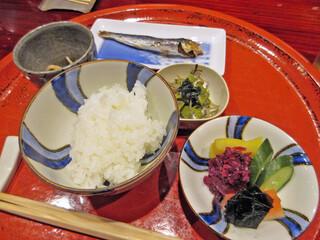草喰 なかひがし - 10【食事('15.8夜】めざし つやひめ白飯 小鉢香物