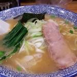 満州軒 - 特製しょうゆラーメンは、さかな節の風味が効いた上品な香りとスープに絡む細ちぢれ麺のコンビネーションが絶妙