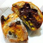 パンやきどころ RIKI - ピスタチオとオレンジピールのチョコレート包み ¥250+税