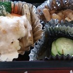 スエヒロ - 「日替り和風ランチ」(税込1058円)の彩野菜サラダ、きのこみぞれ和え、もずく酢