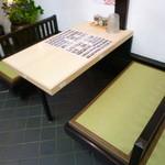 焼がきの はやし - 入口側にテーブル席、奥に座敷が有ります♪