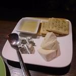 42072446 - チーズ2種盛り合わせ