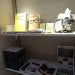 モノクル カフェ - モノクルの雑誌が置いてあります