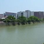 42080045 - ひっそりとした川岸は、散歩コースになっています。 その向こうは、殿方のパラダイスです