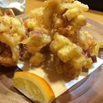 和酒飯くり家 - 海老とサツマイモのかき揚げ       甘みと塩のバランスが絶妙。       海老のプリッと、サツマイモのホクッとした食感も素晴らしい。       まさに秋味です。