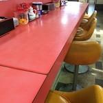 尾道ラーメン 宝竜 - カウンター席メインですが、奥に、テーブル席もありました