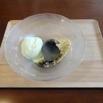 カフェ デ コウサイアン - 葛まんじゅう黒蜜きな粉とアイス添え