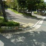 cafe風風 - 車の駐車場はこの坂を下るとあります。(2015.09)