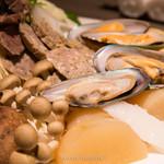 オリジナル洋風鍋 マルミット - 野菜、魚介、肉の皿盛り