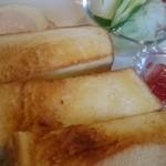 つぼや - 朝のトースト、けっこう厚切り。