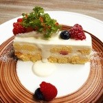three* - ケーキ(お皿の茶色はチョコレート!)