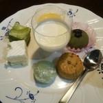 42099413 - 夕食のデザート。