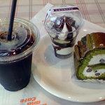 4210077 - 深煎りドリップアイス珈琲とケーキにパフェです。