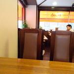 欧風カレー ボンディ - テーブル席に着席です