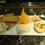 バー アウトリガー - チーズの盛合せ:1,240円