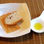 4211337 - フォカッチャとバジル入りの煎餅風パン